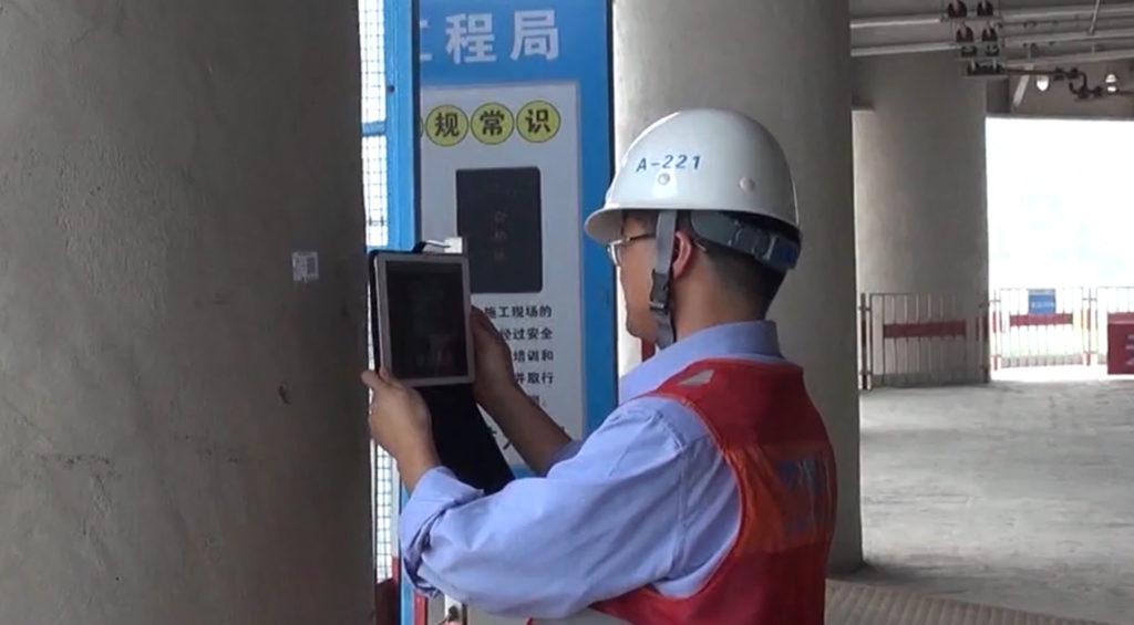 Elemek azonosítása és nyomonkövetése QR kódokkal. A kép a China Construction Eighth Engineering Division Corp., Ltd. tulajdona.